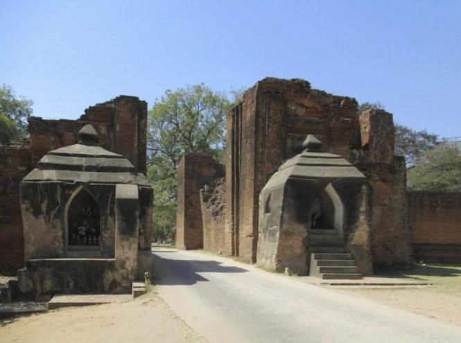 Myanmar Honeymoon - Tharabar Gate - Tyler ser Noche