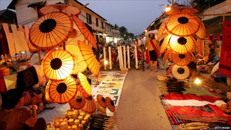 laos honeymoon luang prabang night market