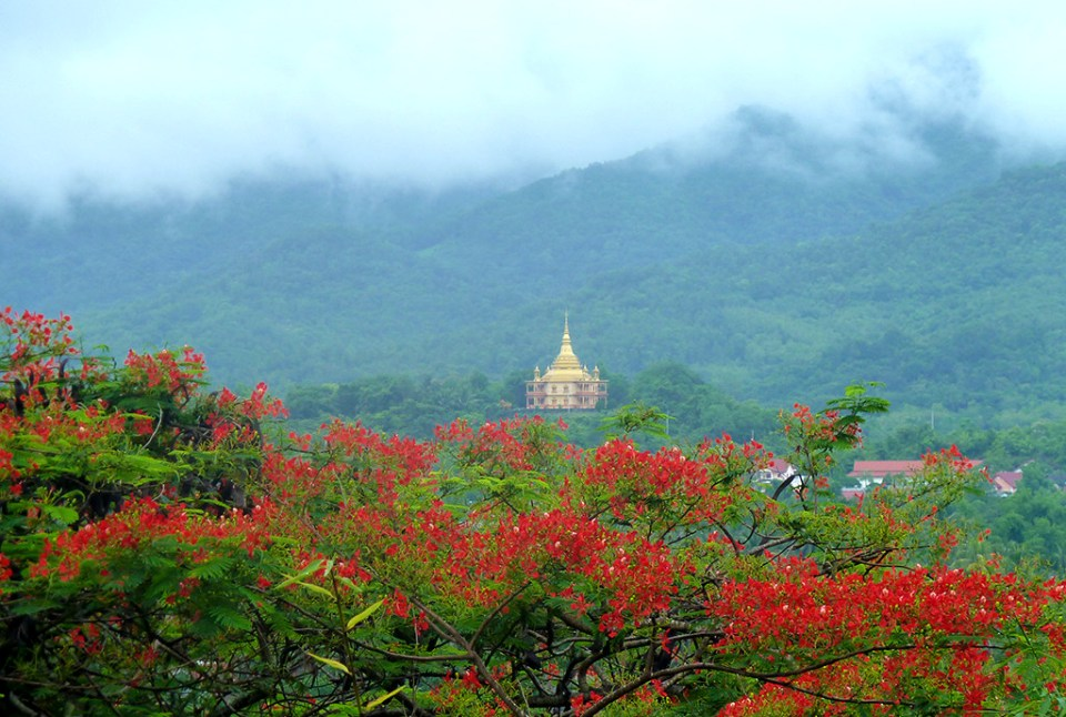 laos honeymoon Mount Phu Si
