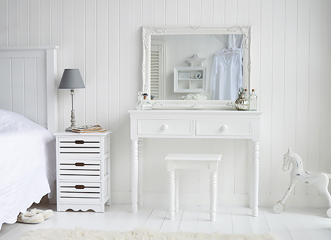 New England white dressing table with knob handles The