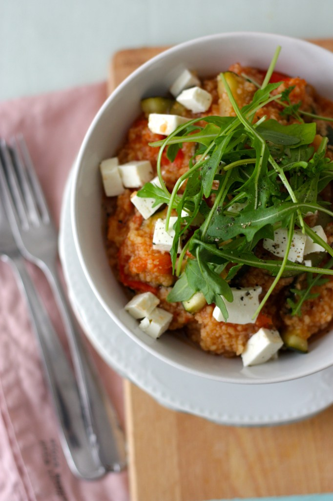 Frühlingshafter Couscous mit Tomate, Zucchini, Schafskäse & Rucola