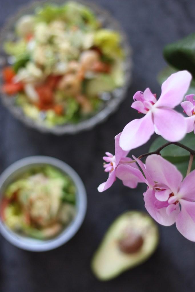 Ein asiatischer Sommersalat mit Garnelen, Avocado und Pak Choi
