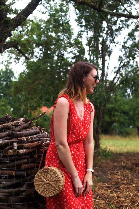 Kleid-rot-mit-Tasche