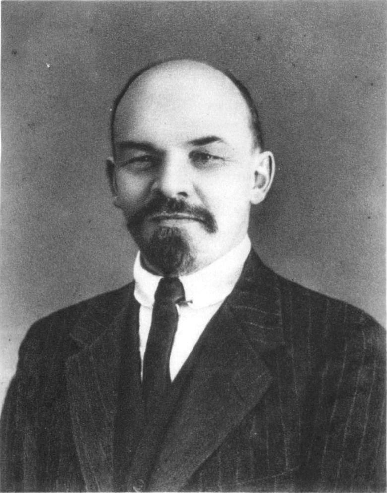 «Il solo effettivo vantaggio che lui (Lenin n.d.r) e i bolscevichi possedevano era l'abilità di riconoscere ciò che le masse volevano; la capacità, per così dire, di guidarle sapendo seguire i loro desideri. Quando per esempio Lenin si rese conto che, in contrasto con il programma socialista, i contadini volevano la divisione della terra in aziende familiari, non esitò per un istante a impegnare i bolscevichi a sostenere questa forma di individualismo economico. [...] Quando si venne al dunque, la massa dei contadini della Grande Russia - nucleo dello stato e del nuovo esercito - ritennero che le loro possibilità di mantenere la proprietà della terra fossero più alte sotto il governo dei rossi che in caso di ritorno della nobiltà di campagna. Questa scelta diede ai bolscevichi un vantaggio decisivo nella guerra civile del 1918-1920. Come si capì in seguito, i contadini russi furono troppo ottimisti.» Eric J. Hobsbawm - Il secolo breve 1914/1991