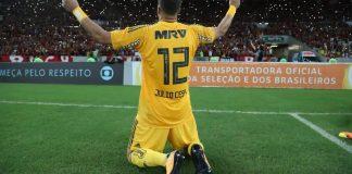 Julio Cesar si inchina di fronte ai tifosi. Foto: Gilvan de Souza/Flamengo.
