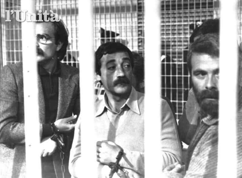 Mario Moretti (al centro) con altri brigatisti durante il primo processo Moro nel 1983 (da L'Unità). Rapimento Aldo Moro.