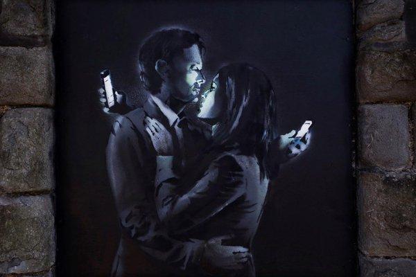 amanti con smartphone banksy