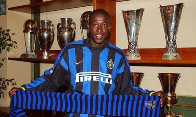 Estate 2003, Khalilou Fadiga è un nuovo giocatore dell'Inter. In Nerazzurro non giocherà mai per un problema cardiaco a lui riscontrato. Complicazione più seria di un'aritmia cardiaca, nel 2004 collasserà prima di una partita di coppa di lega. Foto: inter.it