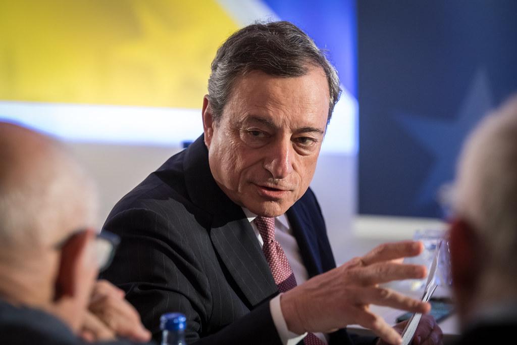 Draghi lavora col favore delle tenebre? Una nuova strategia di comunicazione