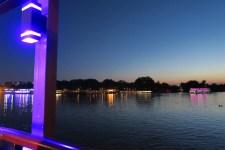 Das Nachtleben findet auf dem Wasser statt
