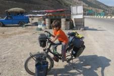 Unsere Räder machen das Kind eines Obstverkäufers neugierig