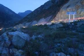 Die LKWs fahren auch nachts noch an unserem Zelt vorbei