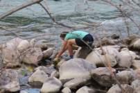 Toni holt Wasser vom Fluss