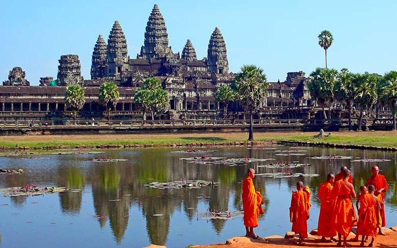 Angkor Wat en Camboya visitar los templos de angkor en un día - Buddhist monks in front of the Angkor Wat - Visitar los templos de Angkor en un día