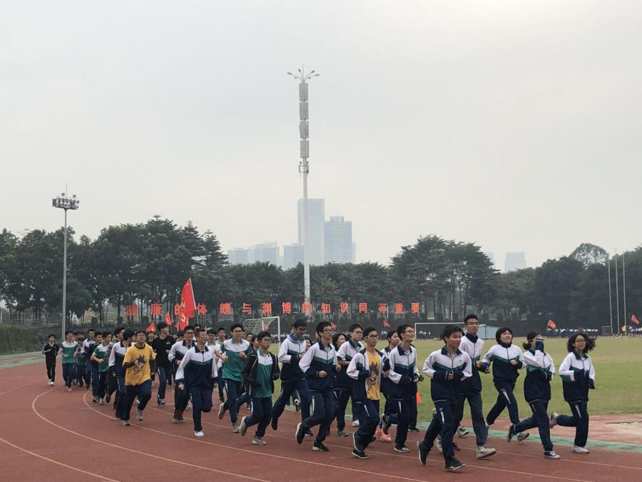 For+morning+exercise%2C+the+students+of+Foshan+No.+3+Middle+School+run+laps+around+the+school+track.+