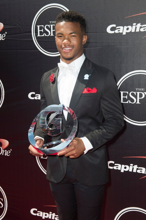 Kyler+Murray+presented+with+the+Gatorade+National+Athlete+of+the+Year+award+in+2015.