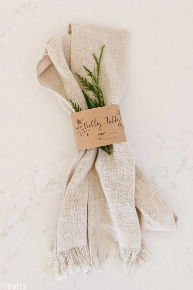 25 Beautiful handmade Christmas gift ideas. DIY linen scarf. Gifts for family and friends.