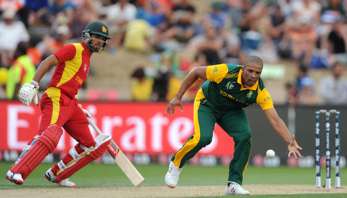South Africa's quicks thrive under lights, Zimbabwe 30-4