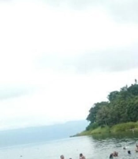 Personnes se baignant dans le lac Toba