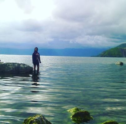 Le lac Toba avec des reflets turquoises