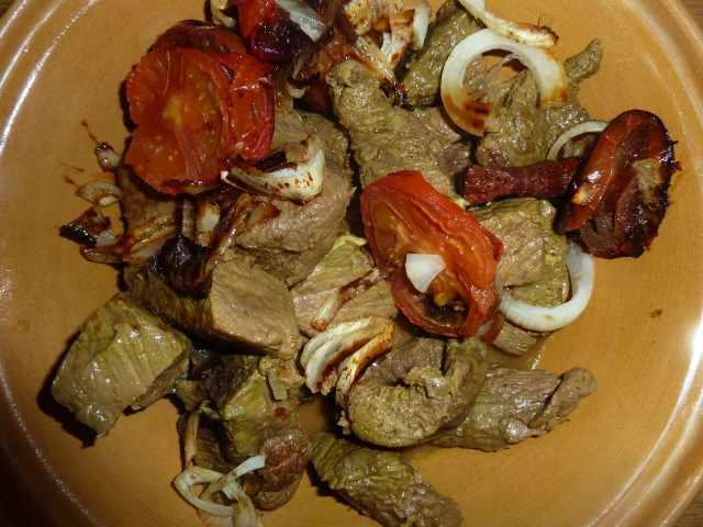 plat de tajine aux oignons et aux tomates