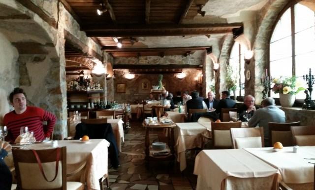 Il Faro Grotto Dubendorf restaurant room decor
