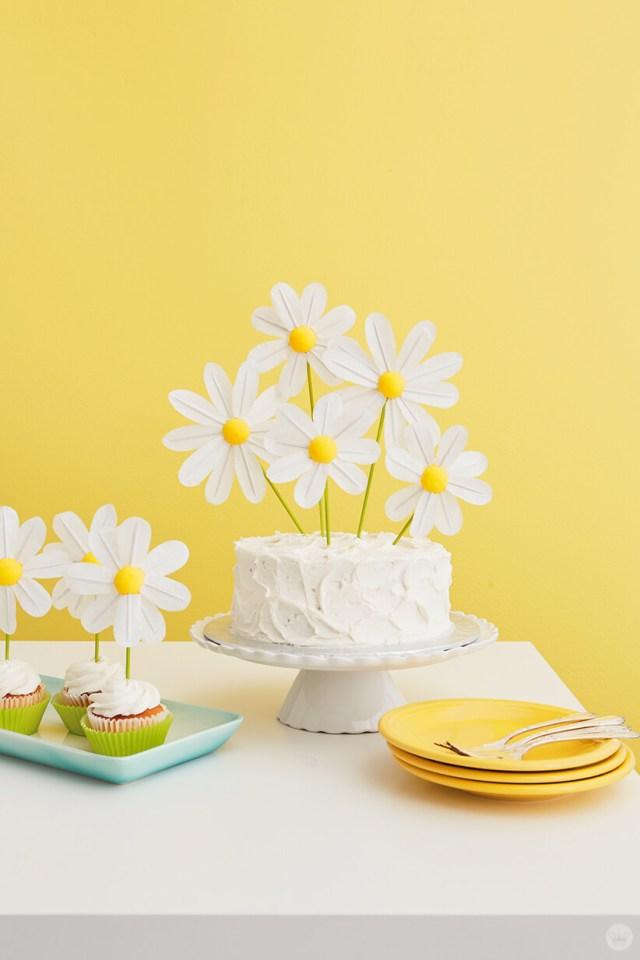 DIY Daisy Cake Cake Toppers | thinkmakeshareblog.com