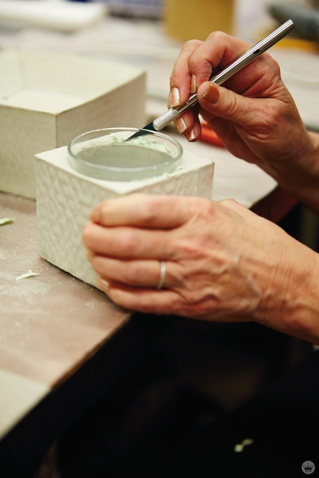 Finition d'un vase en béton bricolage