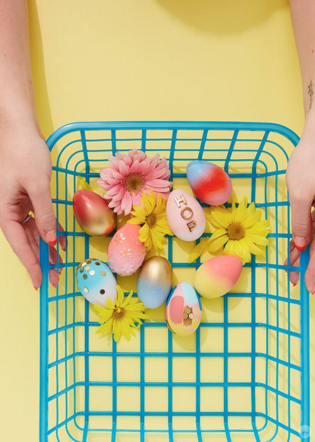 2019 Easter egg decorating ideas: Eggs in a blue basket