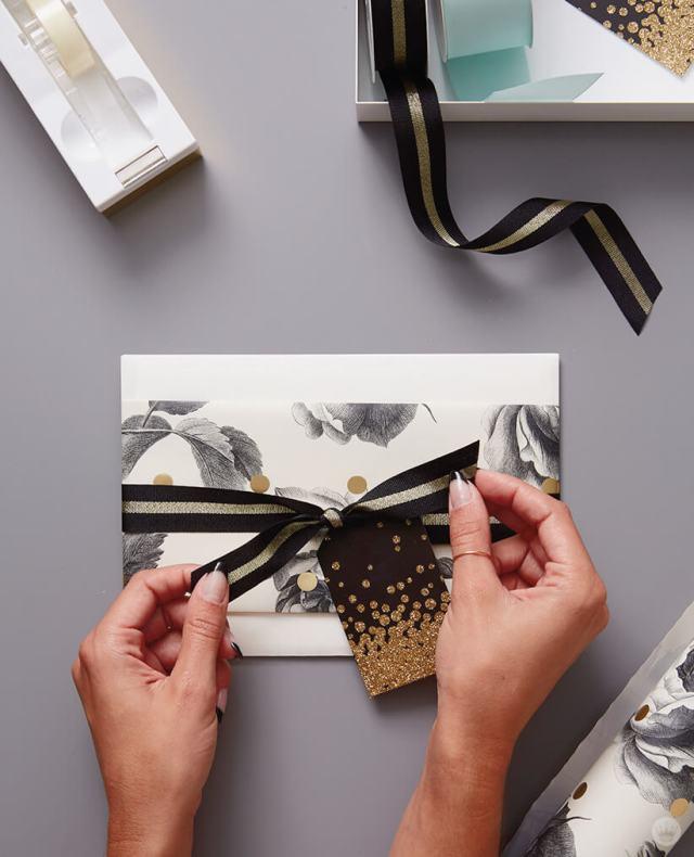 Enveloppez un cadeau de mariage en habillant une enveloppe de carte-cadeau avec du papier cadeau | thinkmakeshareblog.com