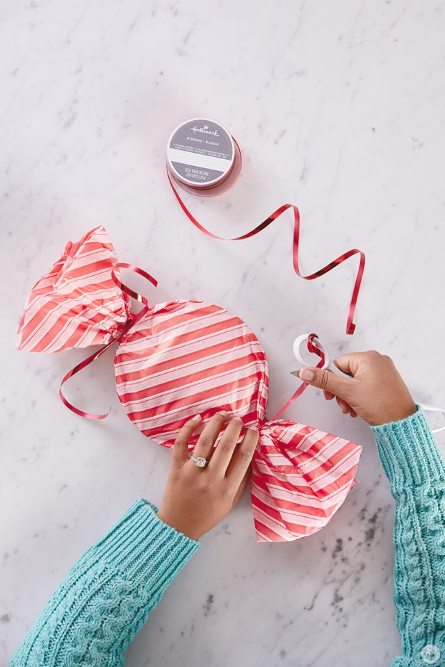 Packaging Christmas cookies to look like candy: curling ribbon