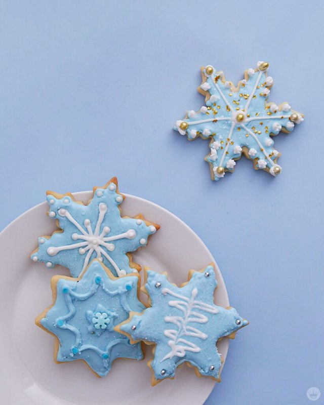 2018 cookie decorating trends: Snowflakes with white and gold accents