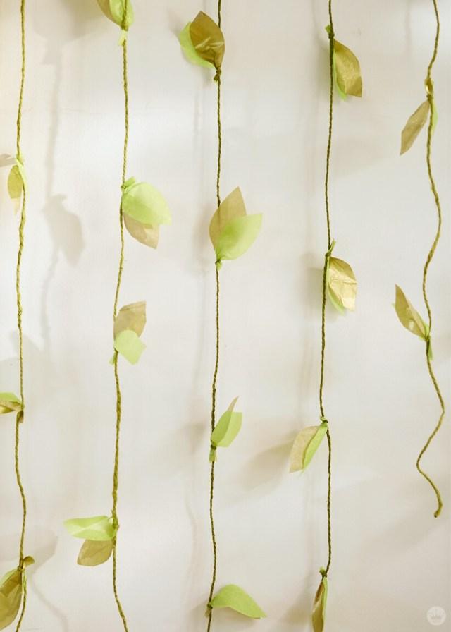 la guirlande de vigne en papier bricolage terminée sur un mur | thinkmakeshareblog.com