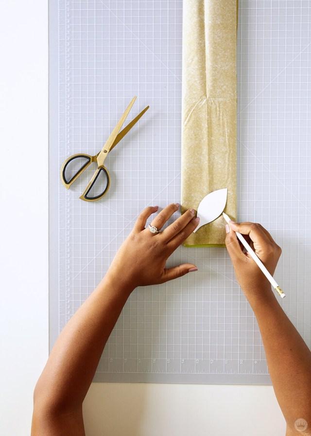 Tracer un modèle de feuille sur du papier de soie avec un crayon pour la guirlande de vigne en papier bricolage | thinkmakeshareblog.com