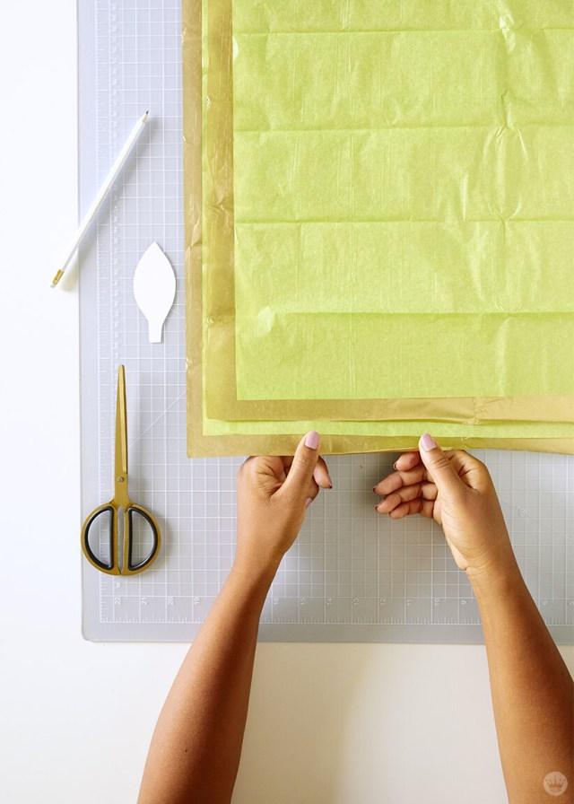 superposition de feuilles de papier de soie pour la guirlande de vigne en papier bricolage | thinkmakeshareblog.com