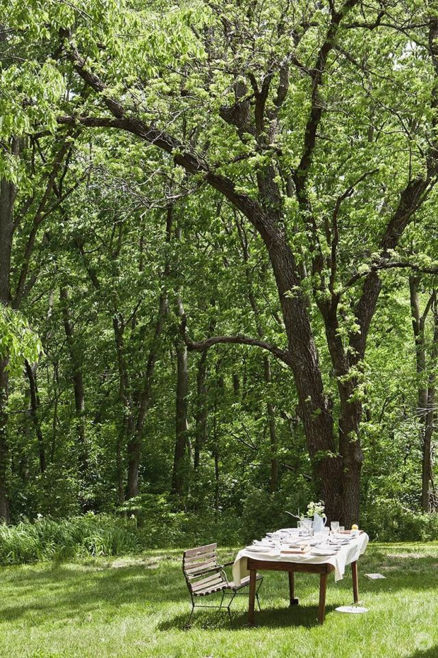 rassemblement d'été dans les bois avec une table à l'extérieur | thinkmakeshareblog.com