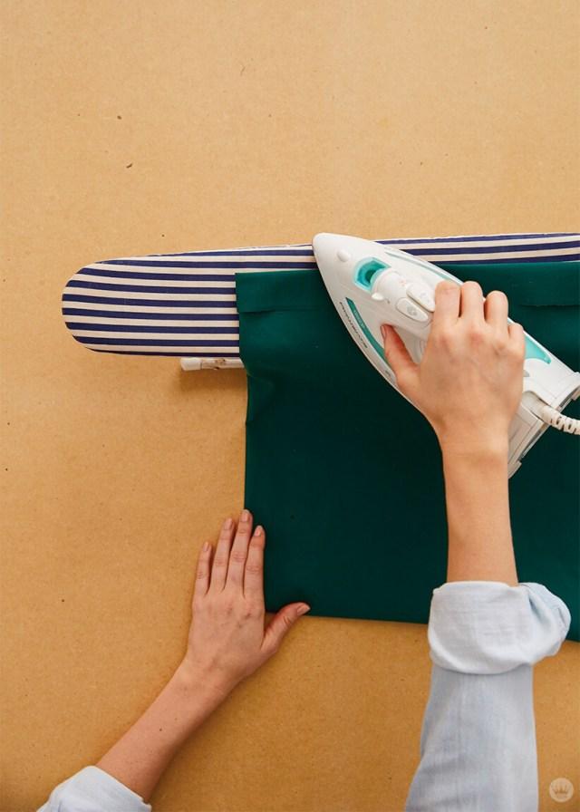 Repasser l'ourlet d'une taie d'oreiller pour la maintenir en place | thinkmakeshareblog.com