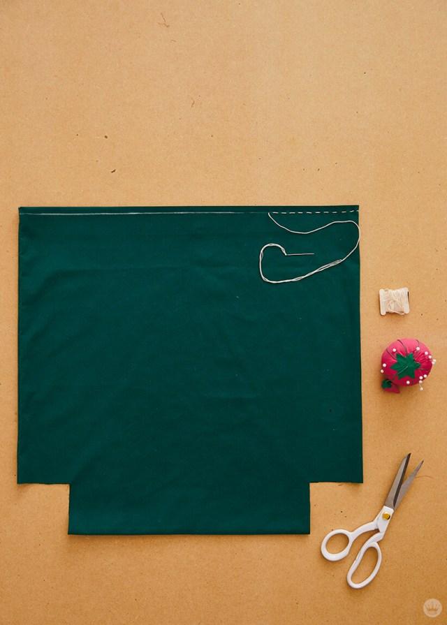 Utilisation d'un point courant pour ourler le haut de la taie d'oreiller | thinkmakeshareblog.com