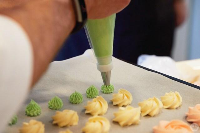 Piping buttercream rosettes