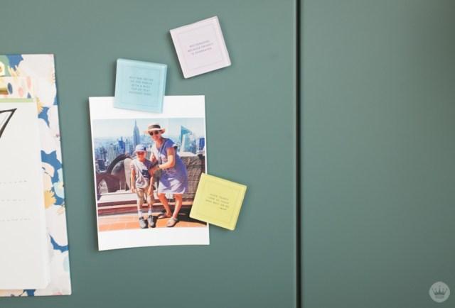 Aimants utilisés pour accrocher la photo au réfrigérateur.