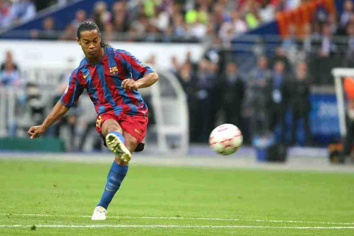 PARIS, FRANCE - WEDNESDAY, MAY 17th, 2006: FC Barcelona's Ronaldinho take a free-kick against Arsenal during the UEFA Champions League Final at the Stade de France. (Pic by David Rawcliffe/Propaganda)