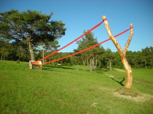 Gravidade Land Art Defying por Cornelia Konrads instalação de arte escultura terra