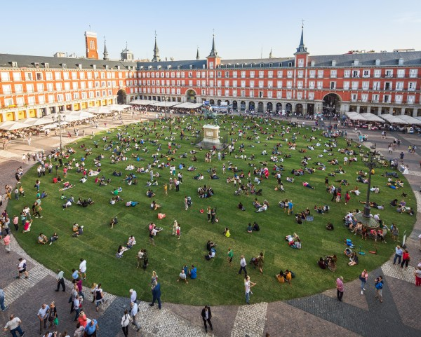 Madrid Plaza Transformed Temporary Park With Over 35 000 Square Feet Of Grass Colossal