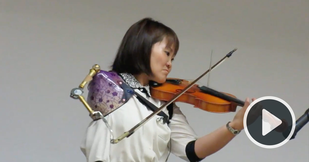 Manami Ito Performs a Violin Solo With a Customized