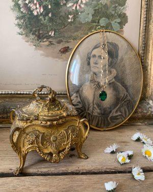 Ancienne boîte à bijoux de style louis XV en regule