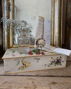 ancienne boite en carton peinte à l'aquarelle fleurs