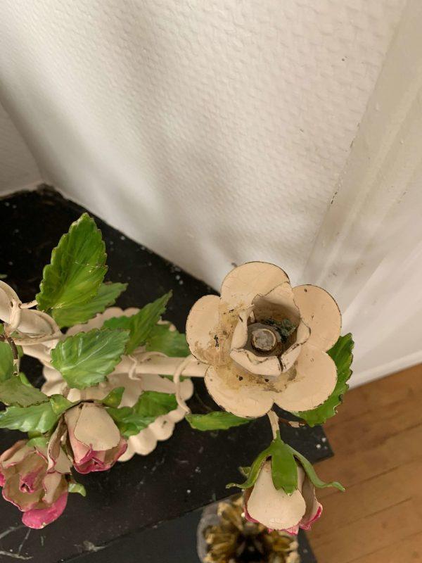 ancien bougeoir en métal fleurs roses