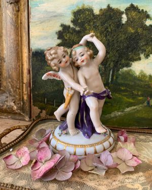 ancien sujet d'anges putti en porcelaine