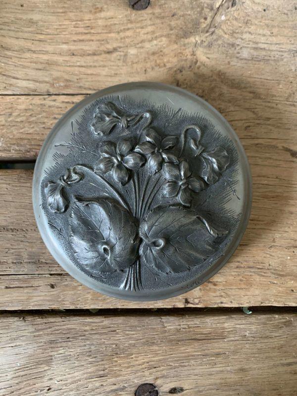 ancienne boîte fleurs en étain art nouveau