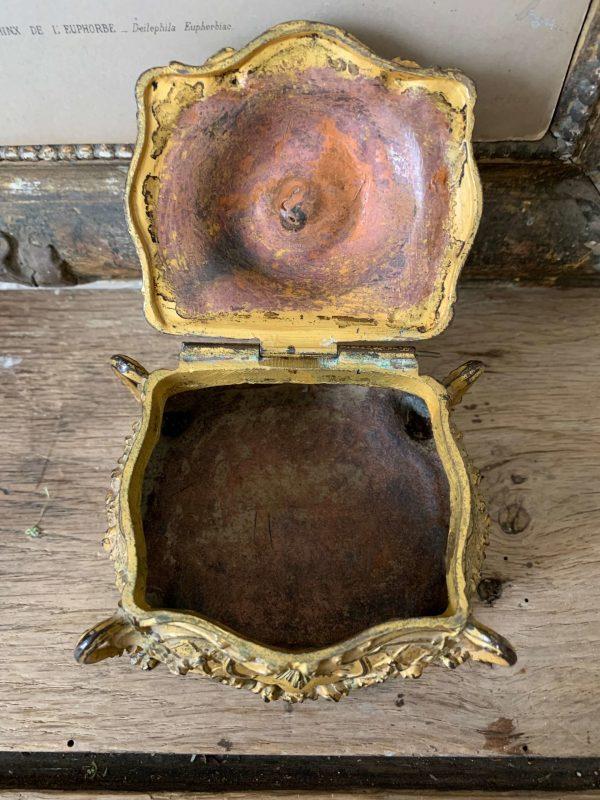 ancienne boîte à bijoux en régule doré de style Louis XV
